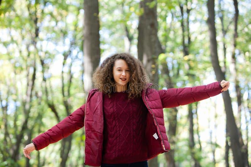 Jugendlich Mädchen im Wald stockfotografie