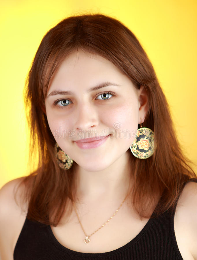 Vertikales Porträt eines Mädchens 17 Lebensjahre auf einem gelben backgrou stockbilder