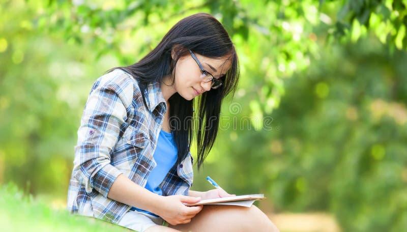 Jugendlich Mädchen mit Anmerkung lizenzfreie stockfotografie