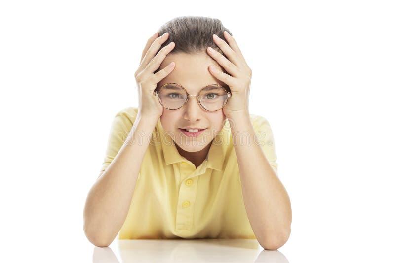 Jugendlich Mädchen mit den Gläsern, die am Tisch sitzen, ihren Kopf lachen und halten Getrennt auf einem wei?en Hintergrund lizenzfreies stockbild