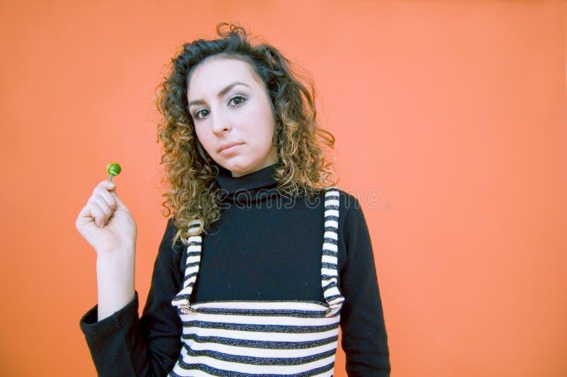 Jugendlich Mädchen mit einem Lutscher   stockbild