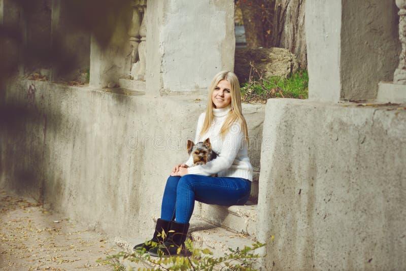 Jugendlich Mädchen mit kleinem Hund lizenzfreie stockfotos