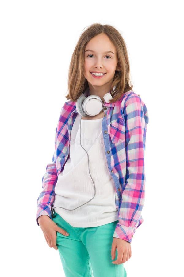 Jugendlich Mädchen mit Kopfhörern auf ihrem Hals lizenzfreie stockfotos