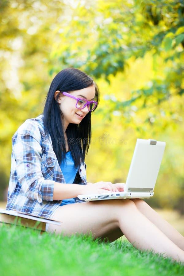 Jugendlich Mädchen mit Laptop stockbilder