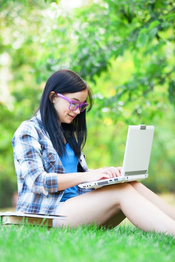 Jugendlich Mädchen mit Laptop stockbild