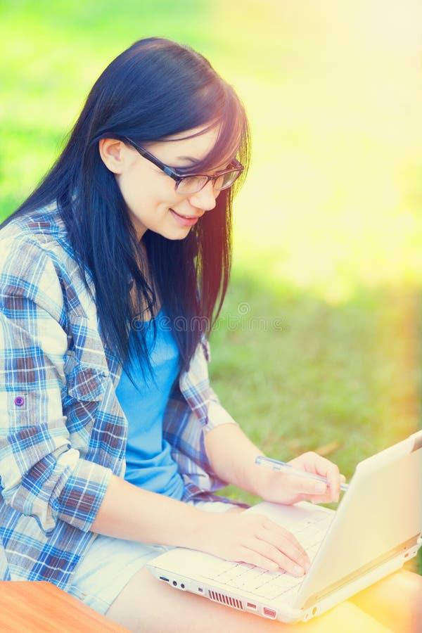 Jugendlich Mädchen mit Laptop lizenzfreie stockfotos