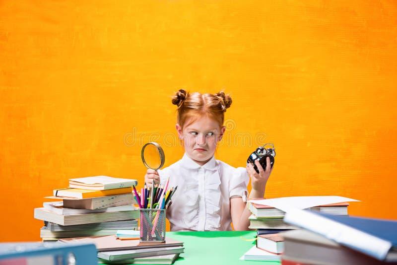 Jugendlich Mädchen mit Lot Büchern stockbild