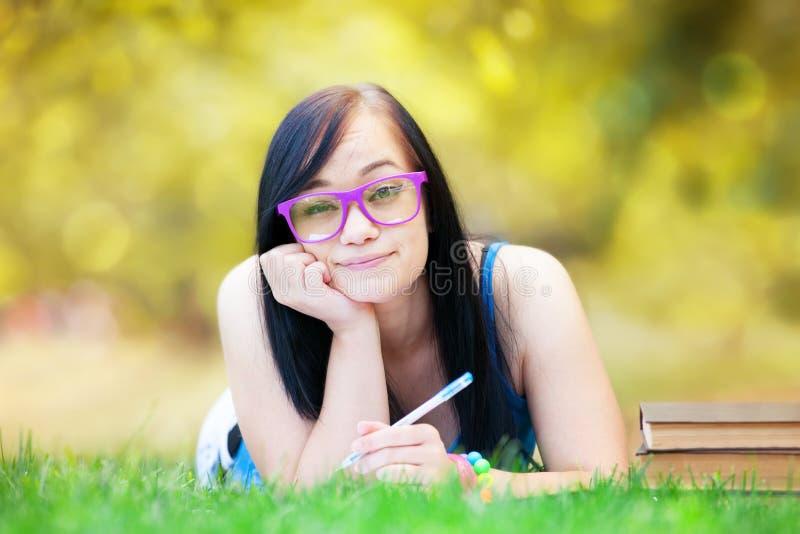 Jugendlich Mädchen mit Notizbuch lizenzfreie stockbilder