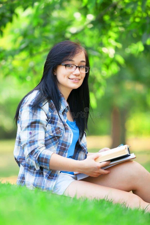 Jugendlich Mädchen mit Notizbuch stockbilder