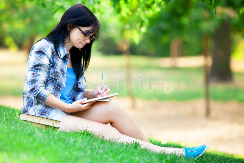 Jugendlich Mädchen mit Notizbuch lizenzfreie stockfotografie