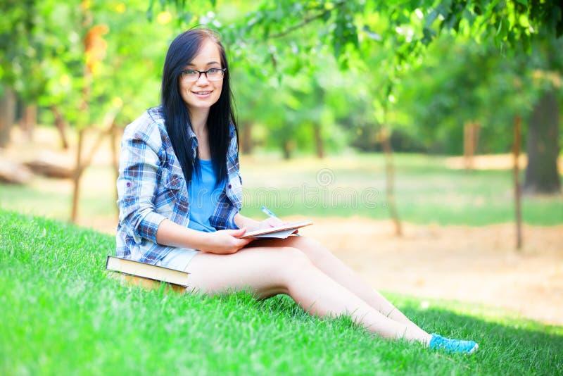 Jugendlich Mädchen mit Notizbuch stockbild