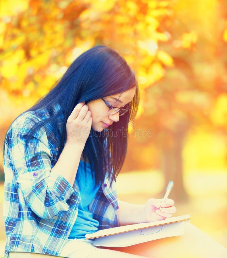 Jugendlich Mädchen mit Notizbuch stockfotos