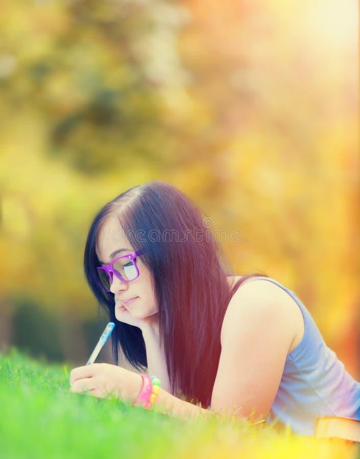 Jugendlich Mädchen mit Notizbuch lizenzfreies stockfoto
