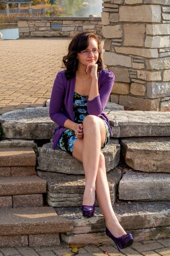 Jugendlich Mädchen mit purpurroten Schuhen stockbilder