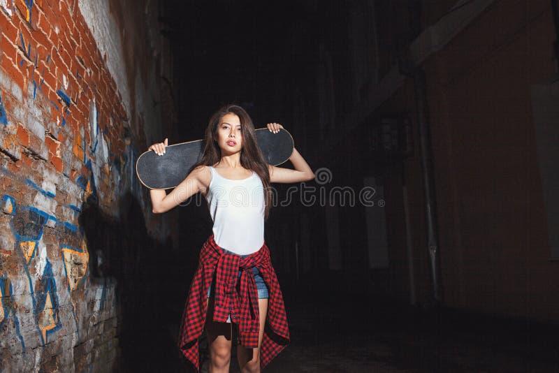 Jugendlich Mädchen mit Rochenbrett, städtischer Lebensstil lizenzfreie stockbilder