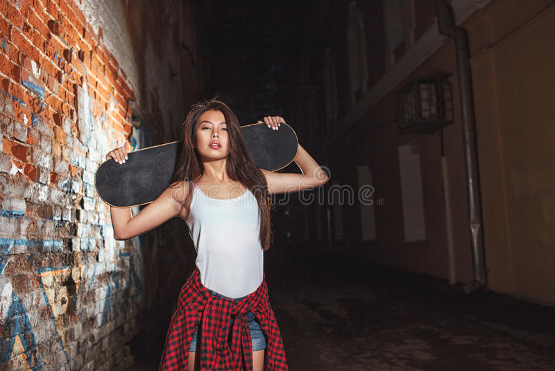 Jugendlich Mädchen mit Rochenbrett, städtischer Lebensstil lizenzfreies stockbild