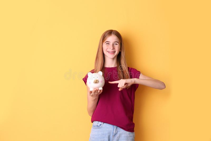 Jugendlich Mädchen mit Sparschwein lizenzfreie stockbilder