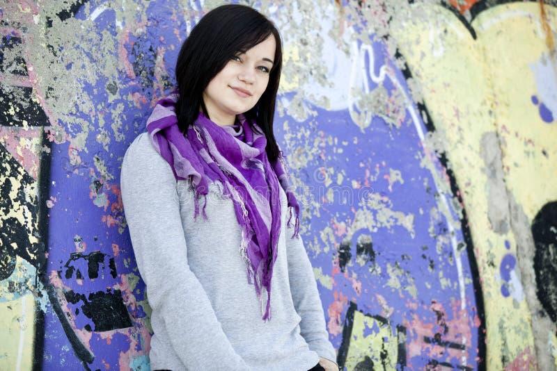 Jugendlich Mädchen nahe Graffitiwand stockfoto