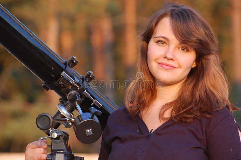 Jugendlich Mädchen und Teleskop stockfoto