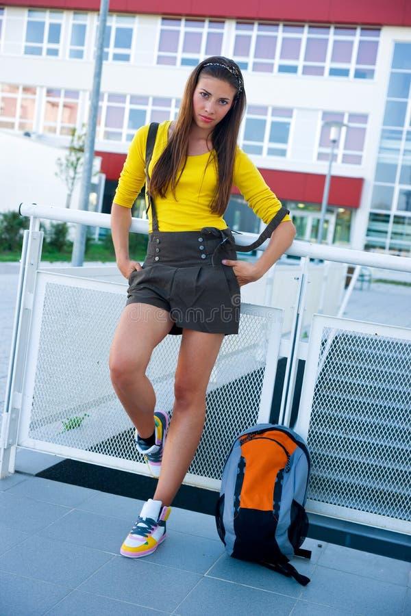 Jugendlich Mädchen vor Schule stockbilder