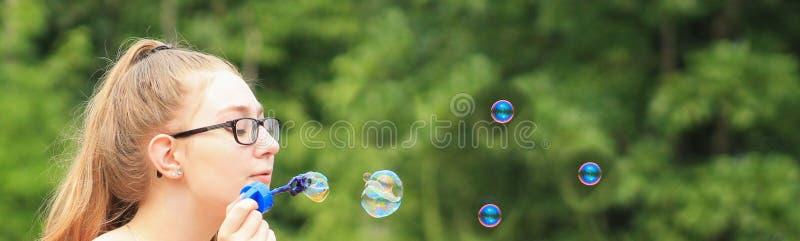 Jugendlich Mädchenblasenfahne lizenzfreies stockbild