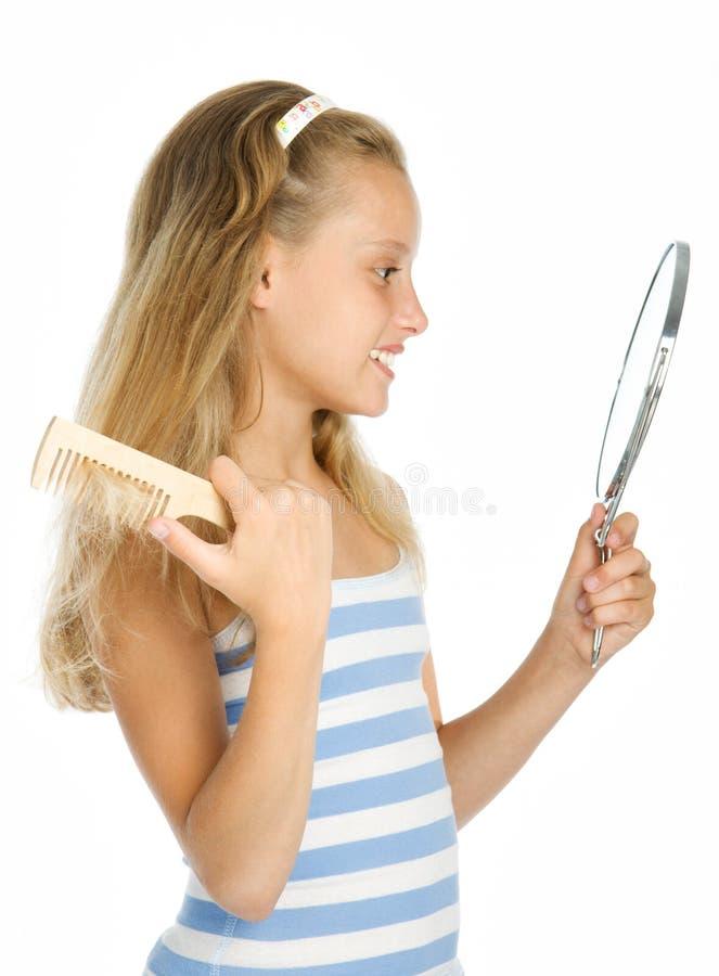 Jugendlich Mädchenblick innen zum Spiegel und zum Kämmen stockfoto