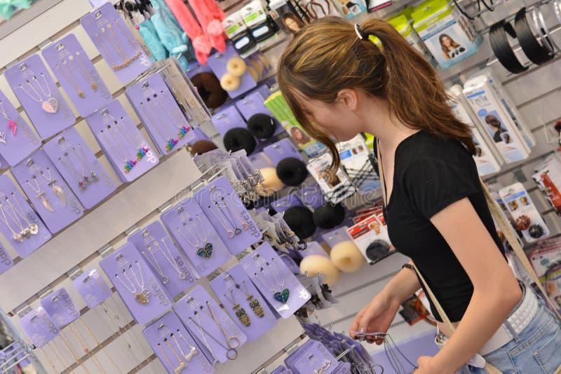 Jugendlich Mädcheneinkaufen stockbild