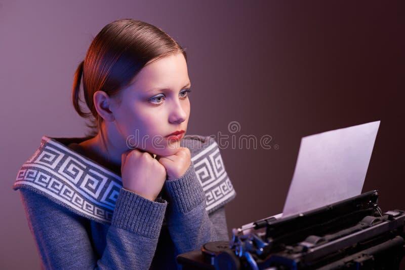 Jugendlich Mädchenlesung etwas lizenzfreie stockfotografie