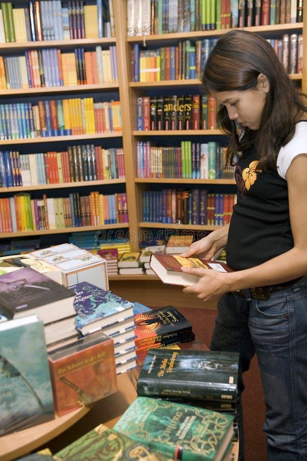 Jugendlich möchte Bücher kaufen stockfotografie
