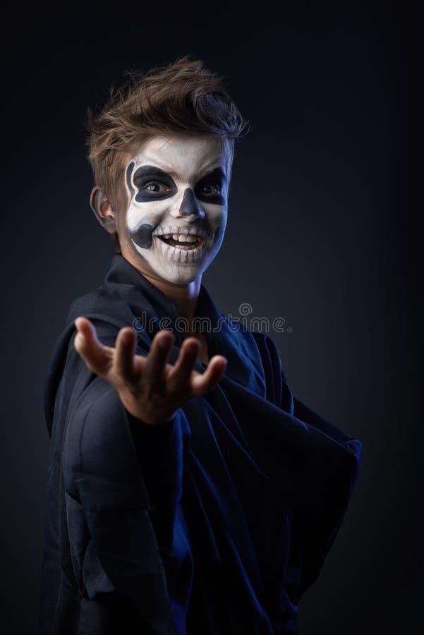 Jugendlich mit Make-upschädelvertretung zeigt an stockfotos