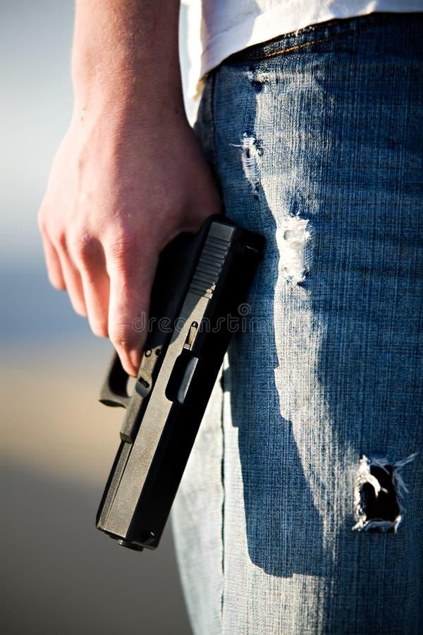 Jugendlich mit Pistole lizenzfreie stockfotografie