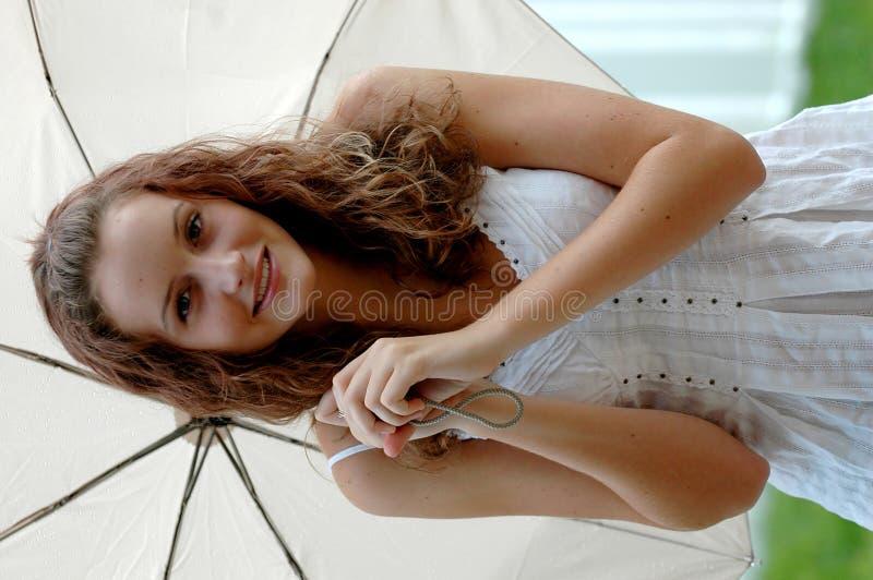 Jugendlich mit Regenschirm stockbild