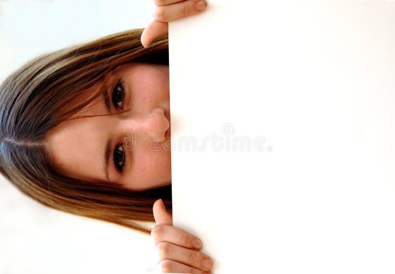 Jugendlich mit weißem Zeichenvorstand lizenzfreies stockfoto