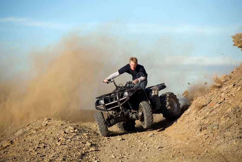 Jugendlich Reitvierfache leitung ATV in den Hügeln lizenzfreie stockfotos