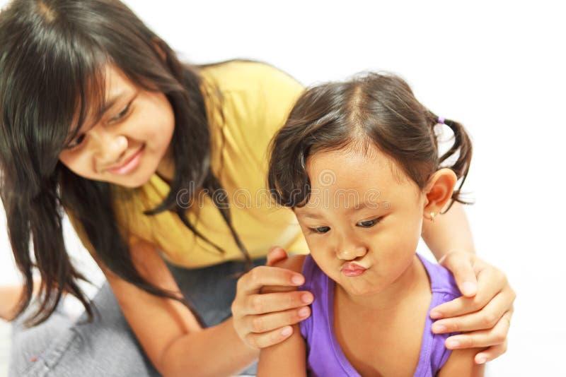 Jugendlich Schwester überzeugen freches Kind lizenzfreie stockbilder