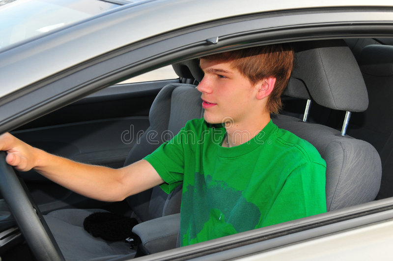 Jugendlich Treiber in einem grünen Hemd stockfotografie