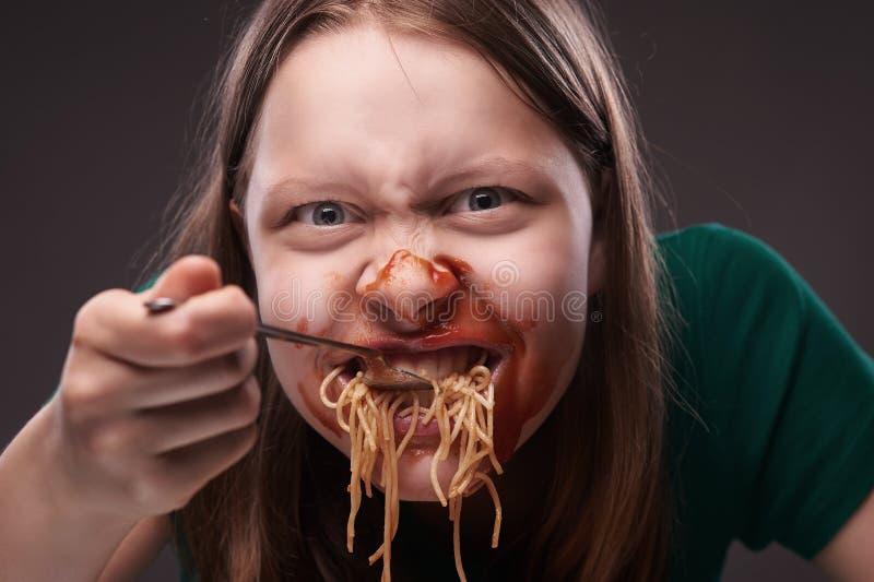 Jugendlich wütend essendes Mädchen lizenzfreies stockfoto