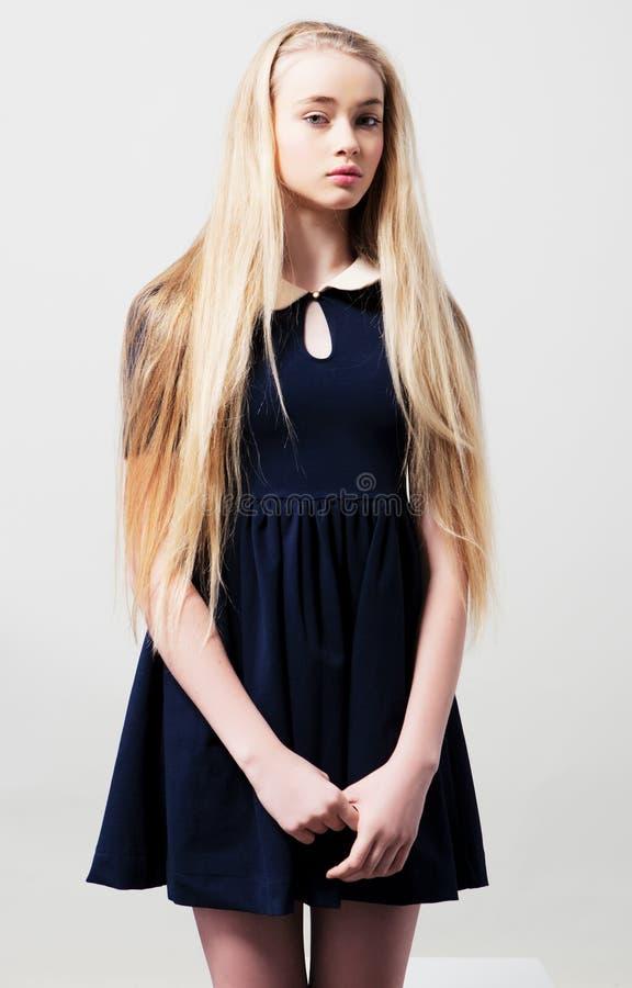 Jugendlich weibliches Modell der Mode im Kleid stockbilder