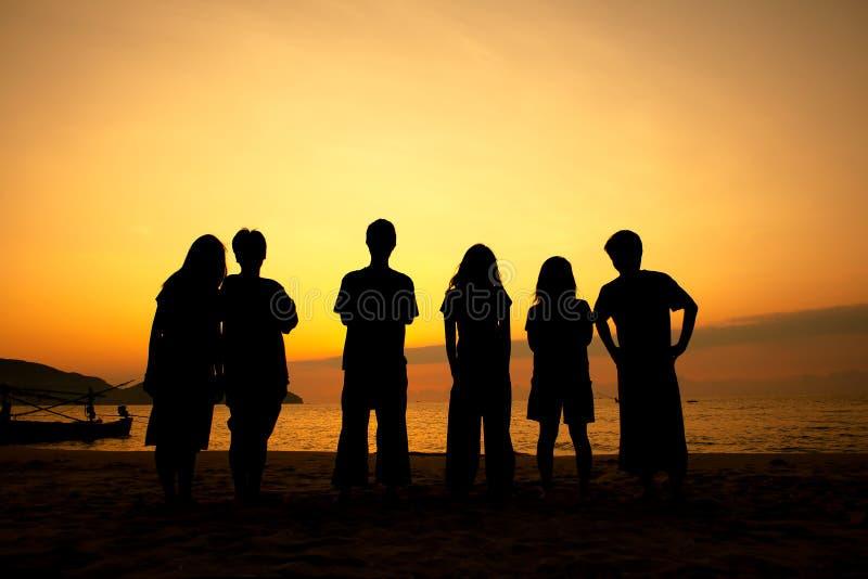 Jugendliche auf dem Strand stockfotos