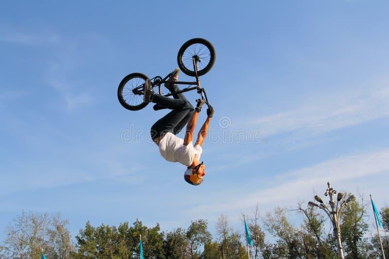 Jugendliche auf Fahrräder bmx lizenzfreies stockfoto