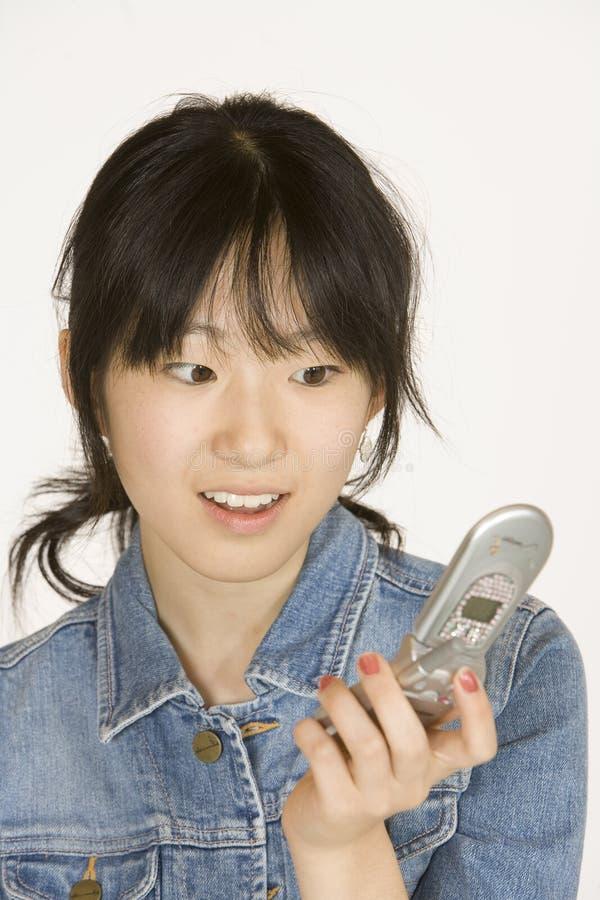Jugendliche auf Handy lizenzfreies stockfoto
