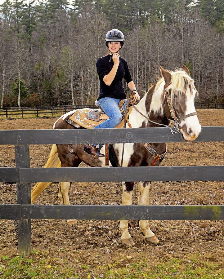 Jugendliche auf Pferd stockfotografie