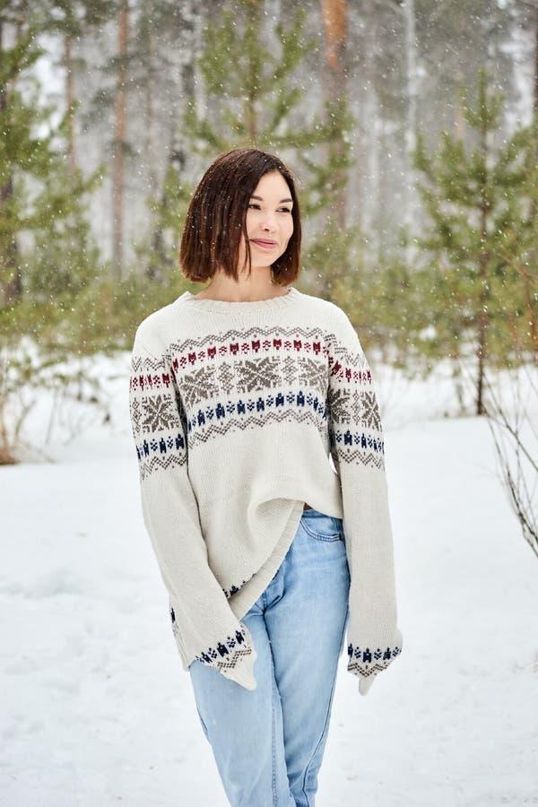 Jugendliche in den Winterwaldschneefällen stockfoto