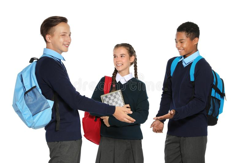Jugendliche in der stilvollen Schuluniform lizenzfreies stockbild