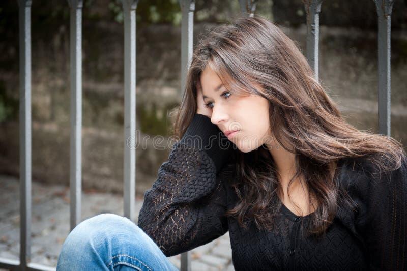 Jugendliche, die über Mühen durchdacht schaut stockfoto