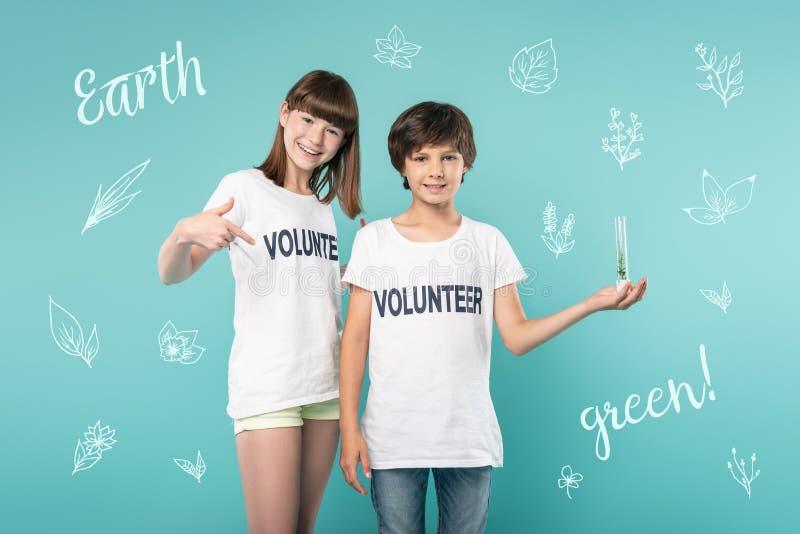 Jugendliche, die überzeugt sich fühlen, während Sein eco sich freiwillig erbietet stockbild