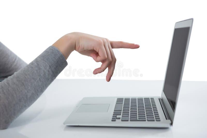 Jugendliche, die auf Laptopschirm zeigt stockfoto
