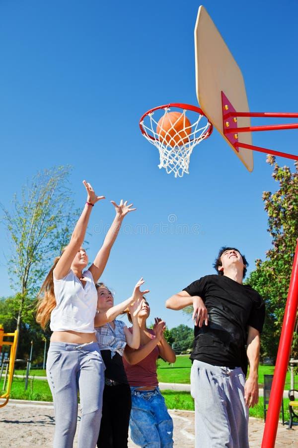 Jugendliche, die Basketball spielen stockfoto