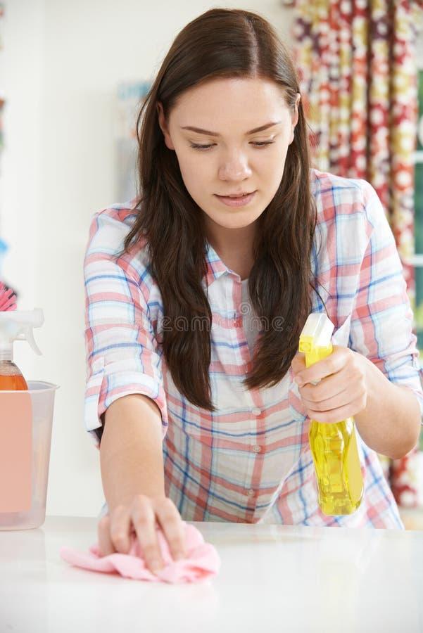 Jugendliche, die bei zu Hause säubern hilft stockbilder
