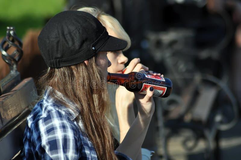Jugendliche, die Bier trinken stockfotografie